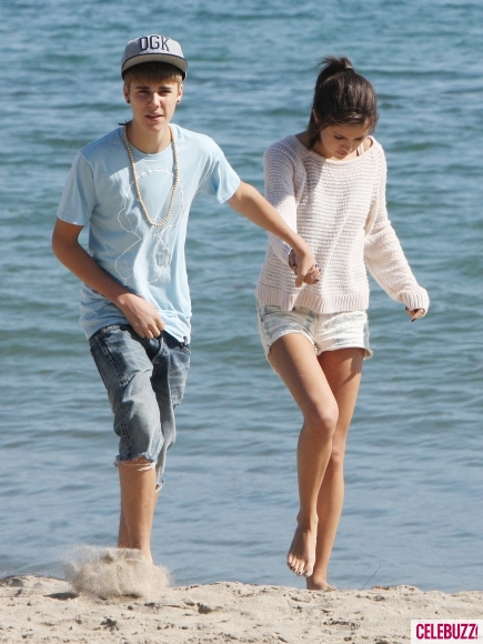 Justin Bieber And Selena Gomez Kissing In Beach Justin Bieber & Se...